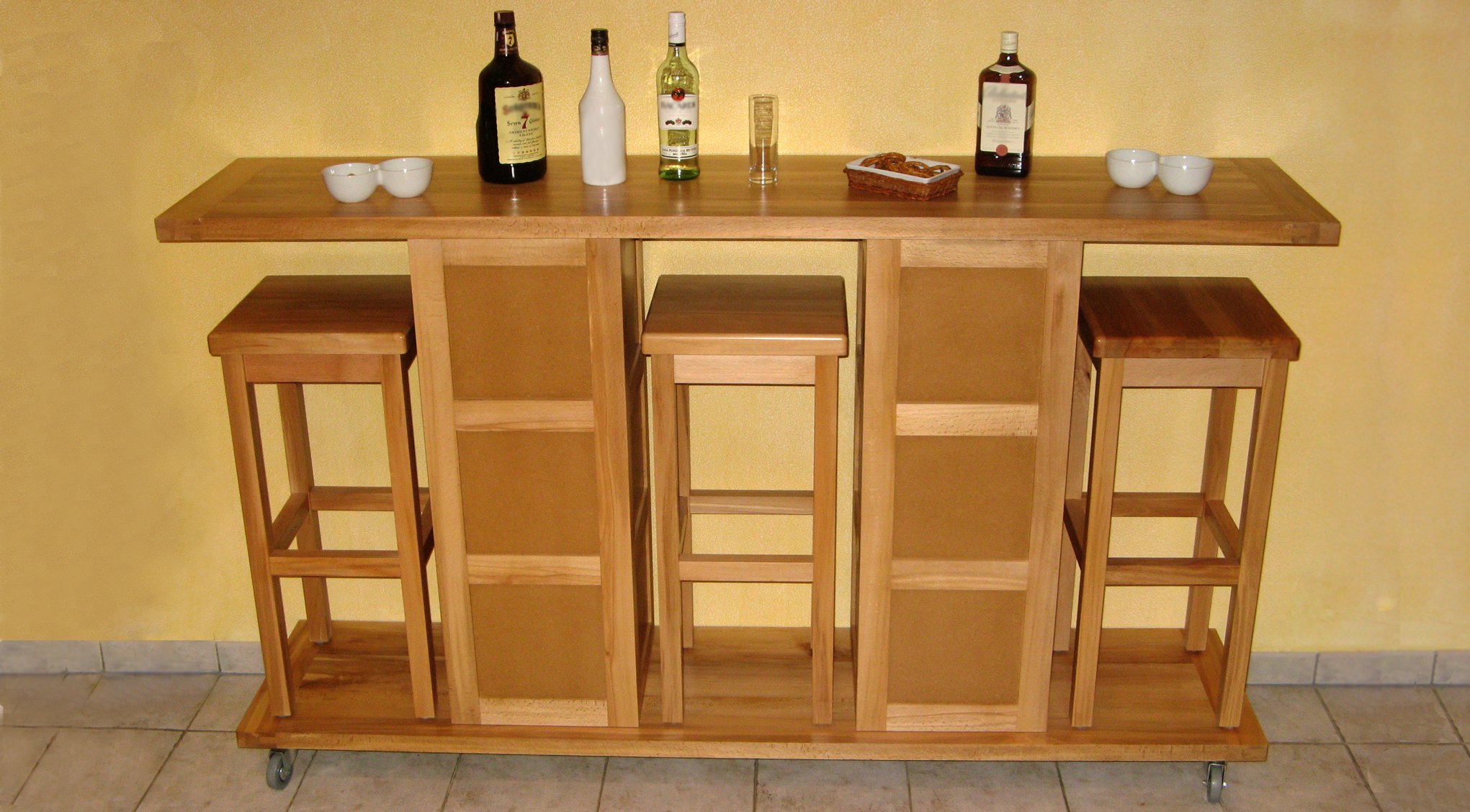un bar nomade et ses trois tabourets bois le bouvet. Black Bedroom Furniture Sets. Home Design Ideas