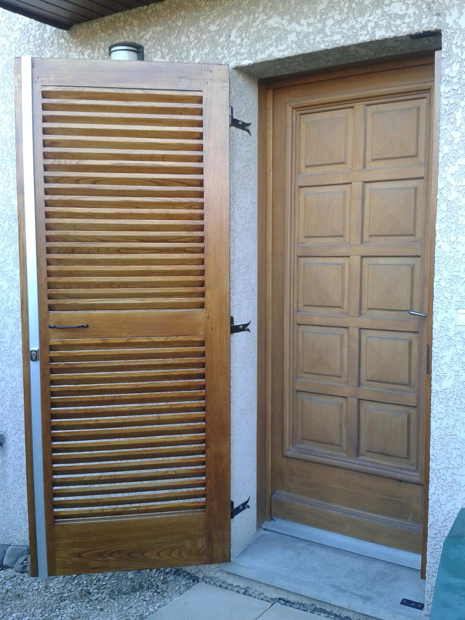 Un volet de porte persiennes bois le bouvet for Bois decoratif exterieur