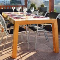 Une table de terrasse stable et moderne