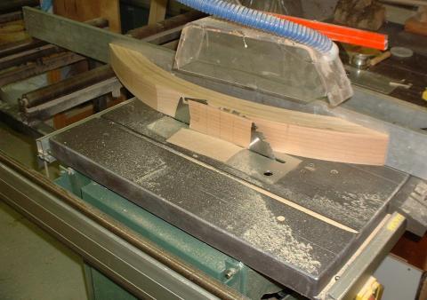 Table à géométrie variable : découpe des pieds cintrés