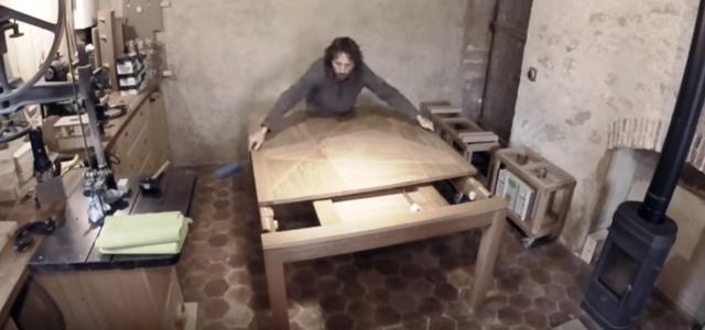 Table extensible à rallonges et plateau marqueté