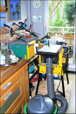 Atelier bois dans la cuisine : des machines sur roulettes