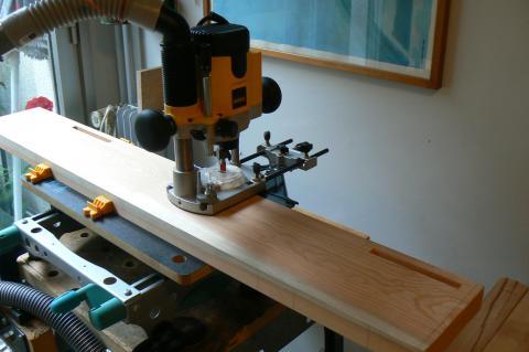 Atelier bois dans la cuisine : buffet, mortaisage des pieds