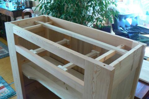 Atelier bois dans la cuisine : buffet, mise en place des coulisses de tiroir