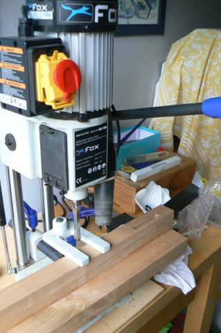 Atelier bois dans la cuisine : table, mortaisage des pieds