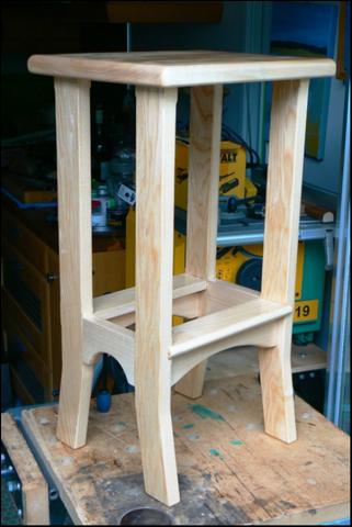 Atelier bois dans la cuisine : un tabouret frêne et peuplier