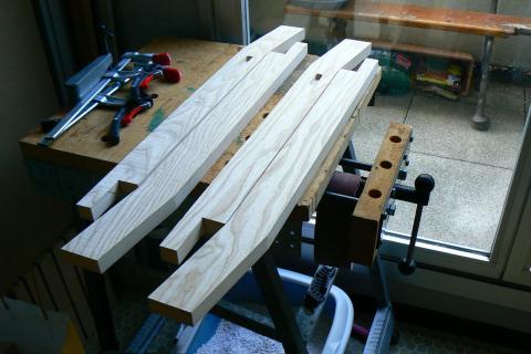 Atelier bois dans la cuisine : tabouret frêne et peuplier, les pieds