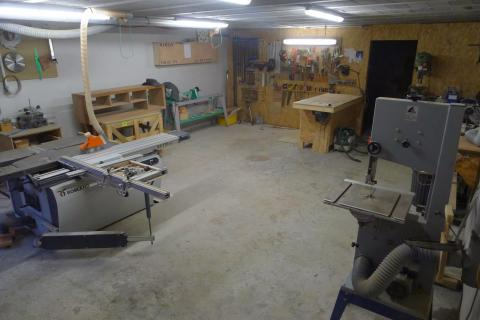 Aménager son atelier : un studio de menuiserie, éclairage aux néons