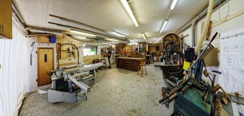 Aménager son atelier : un studio de menuiserie, éclairage aux panneaux LED