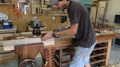 Corroyage aux outils à main : dressage du chant à la varlope