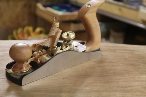 Corroyage aux outils à main : un rabot à angle faible
