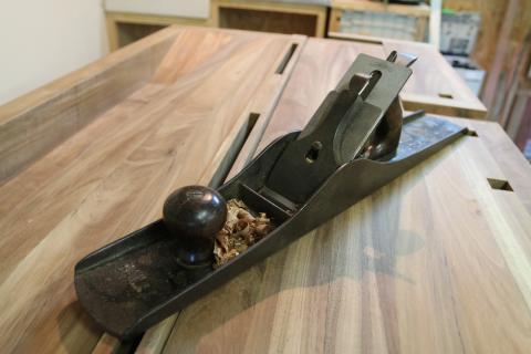 Corroyage aux outils à main : une varlope à semelle métallique Stanley n° 7