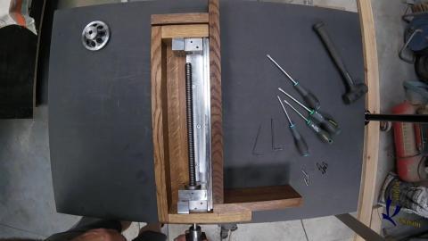 Travail du métal : fabriquer une presse d'établi, mise en place de la vis trapézoïdale