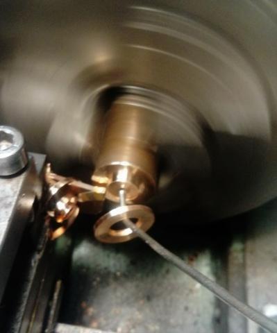 Travail du métal : fabriquer une presse d'établi, bague en bronze
