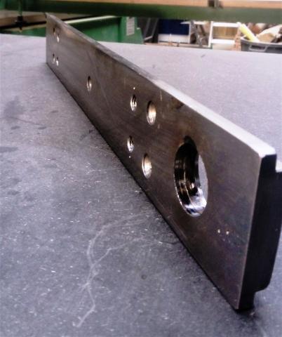 Travail du métal : fabriquer une presse d'établi, base métallique avec perçages