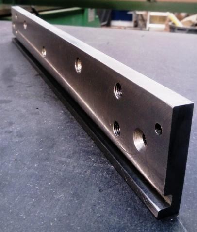 Travail du métal : fabriquer une presse d'établi, coulisse avec perçages