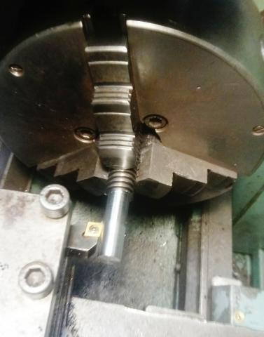 Travail du métal : fabriquer une presse d'établi, dressage de la vis trapézoïdale au tour à métaux