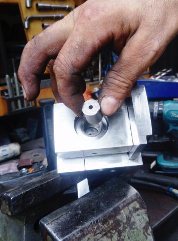 Travail du métal : fabriquer une presse d'établi, gabarit de perçage