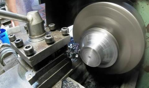 Travail du métal : fabriquer une presse d'établi, tournage du volant métal