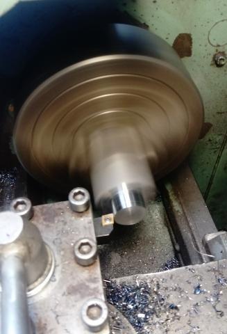 Travail du métal : fabriquer une presse d'établi, tournage d'un tenon en métal