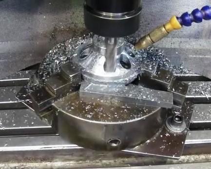 Travail du métal : fabriquer une presse d'établi, fraisage du volant