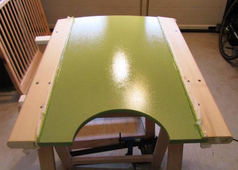 Après peinture, le MDF reçoit 3 couches de vernis.