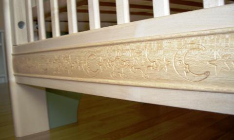 Un lit pour bébé, simple et moderne, frise décorative