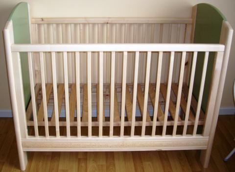 Un lit pour bébé, simple et moderne, structure