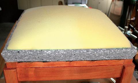 La tapisserie de sièges : une méthode moderne, un pouf (pose de la mousse)