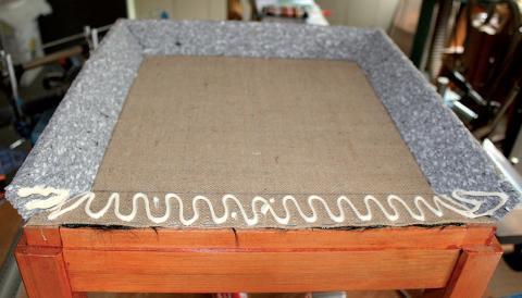 Tapisserie de sièges, la méthode moderne : un pouf (collage des profilés)