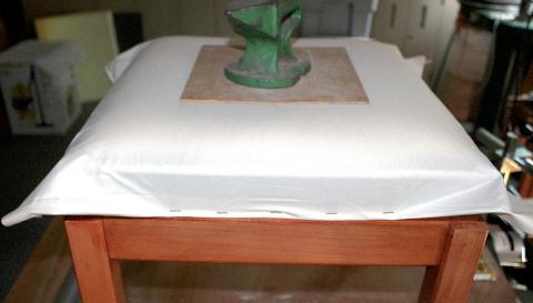 Tapisserie de sièges, la méthode moderne : un pouf (pose de la toile blanche)