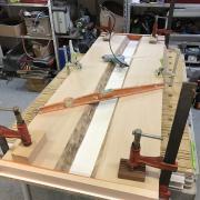 Un bureau façon « river table » pas-à-pas - Montage de l'ensemble et verrouillage avec serre-joints + vérification de niveau
