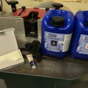 Un bureau façon « river table » pas-à-pas - Résine, colorant bleu, gants, poudre phosphorescente