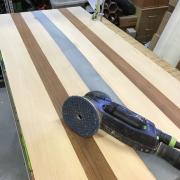 Un bureau façon « river table » pas-à-pas - Ponçage à sec, du grain 80 au 180