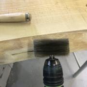 Un bureau façon « river table » pas-à-pas - Brossage mécanique des flaches
